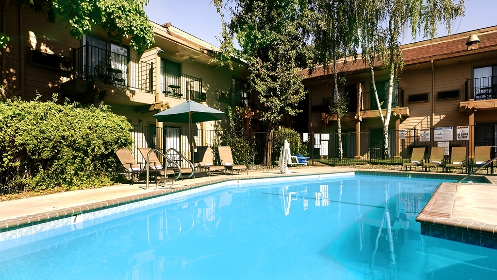 Best Western Plus Sonora Oaks Hotel & Conference Center - Whether you want to relax poolside or take a dip, our outdoor pool area is the perfect place to unwind.