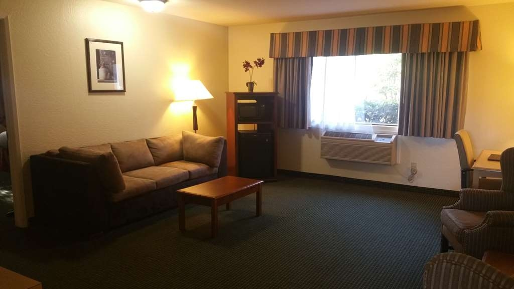 Best Western Plus Sonora Oaks Hotel & Conference Center - Enjoy your stay in our spacious king suite with wet bar.