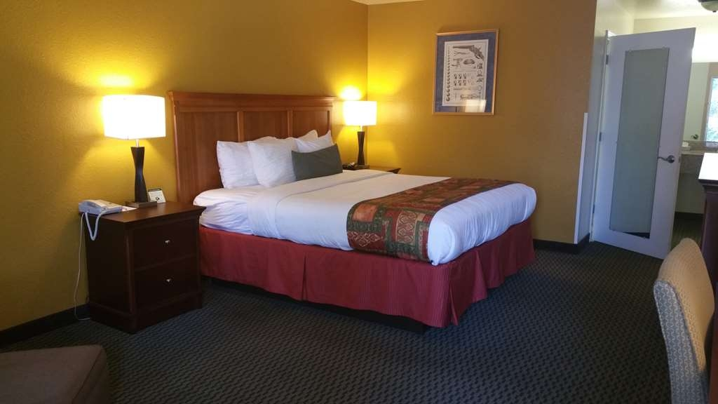 Best Western Plus Sonora Oaks Hotel & Conference Center - Enjoy your stay in our accessible ground floor room with handle bars in restroom and lower beds to make things more convenient for your stay.