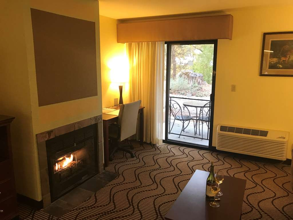 Best Western Plus Sonora Oaks Hotel & Conference Center - Enjoy a relaxing evening by the fire in our King Fireplace Suite
