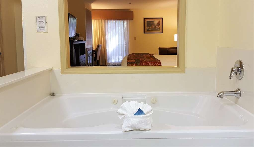 Best Western Plus Sonora Oaks Hotel & Conference Center - Relax in our King Fireplace Suite in the oversized jacuzzi bathtub
