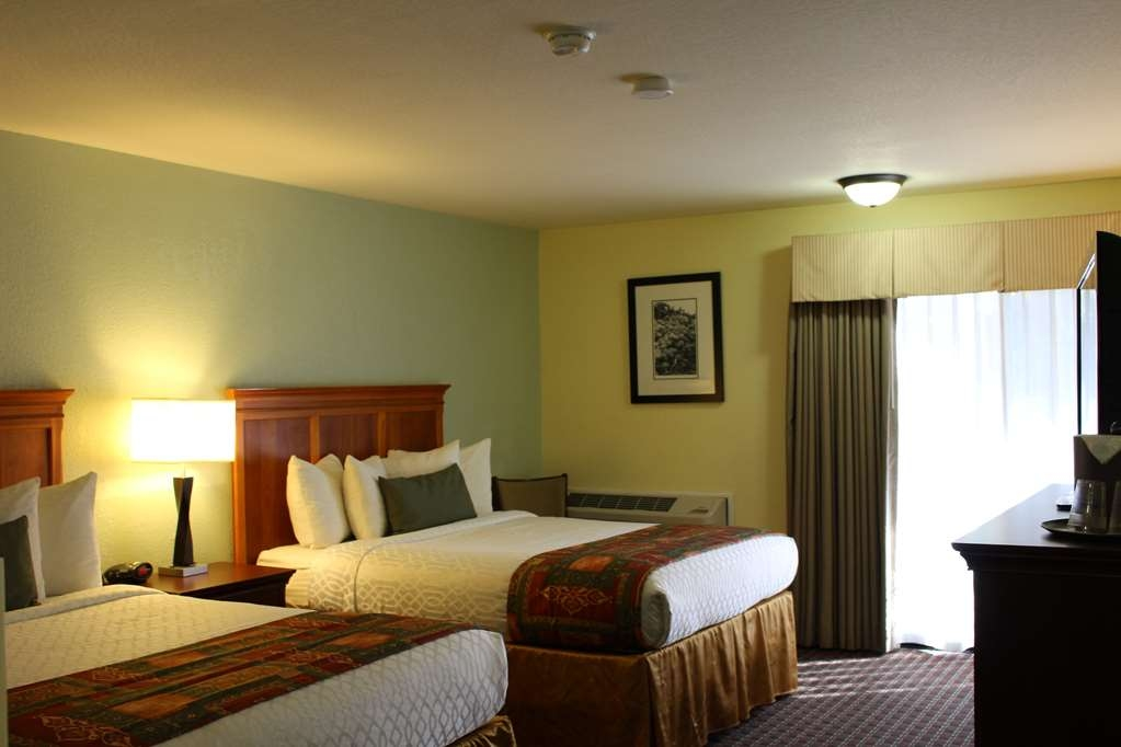 Best Western Plus Sonora Oaks Hotel & Conference Center - Enjoy your stay in a two queen bed poolside room with balcony or patio.