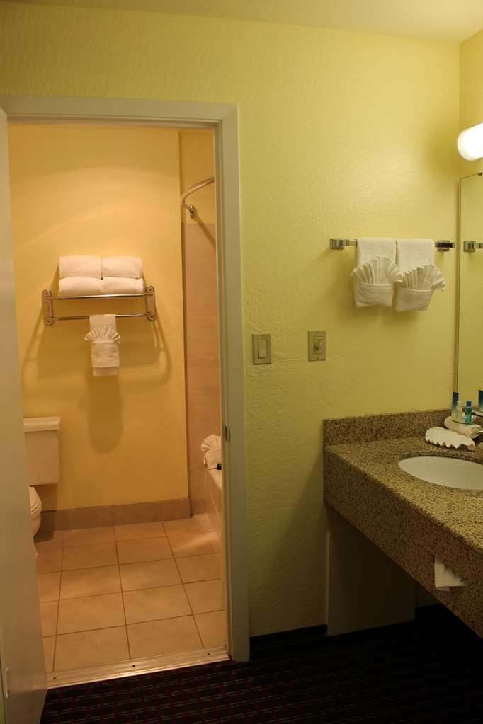 Best Western Plus Sonora Oaks Hotel & Conference Center - Guest Restroom