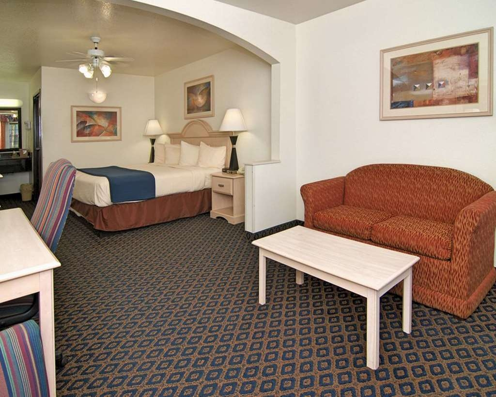 SureStay Hotel by Best Western Falfurrias - Mobility Accessible Suite with One King Size Bed and a Roll-in Shower