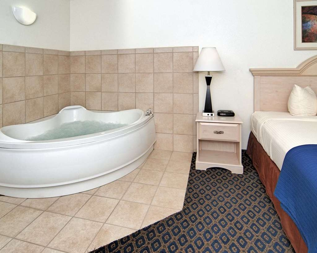SureStay Hotel by Best Western Falfurrias - Guest Room with a King Size Bed and Jacuzzi®