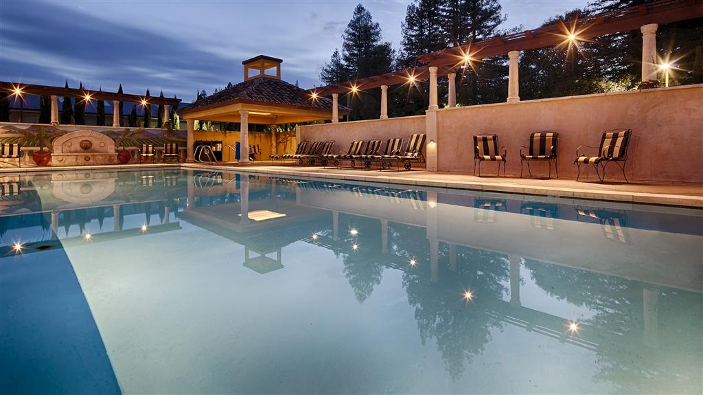 Best Western Dry Creek Inn - Whether you want to relax poolside or take a dip, our outdoor pool area is the perfect place to unwind.