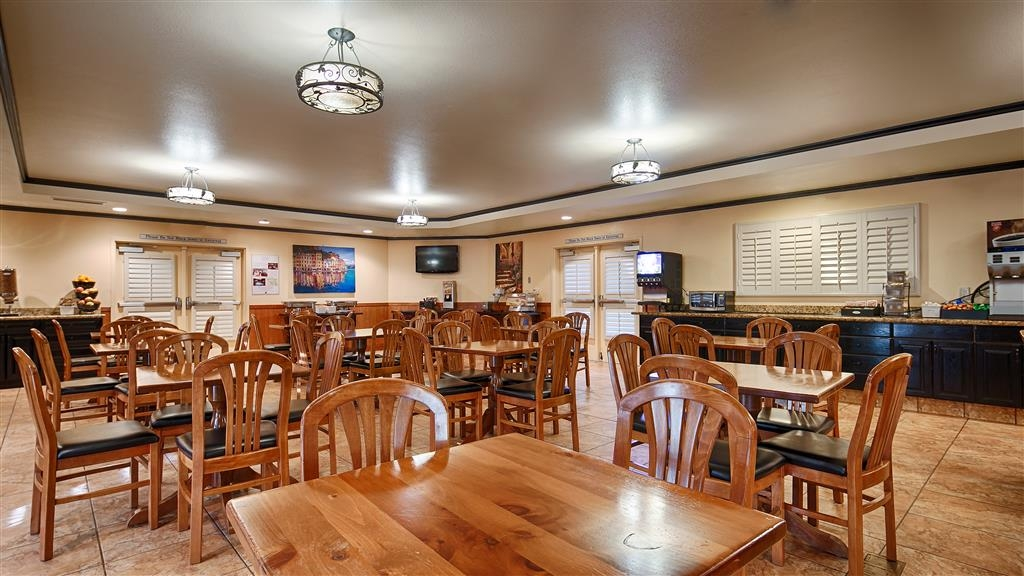 Best Western Dry Creek Inn - Start each day with a complimentary breakfast featuring scrambled eggs, pancakes, waffles and more.