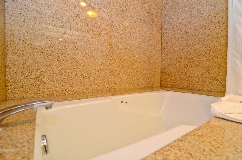 Best Western Plus Newport Mesa Inn - Executive Guest Bathroom