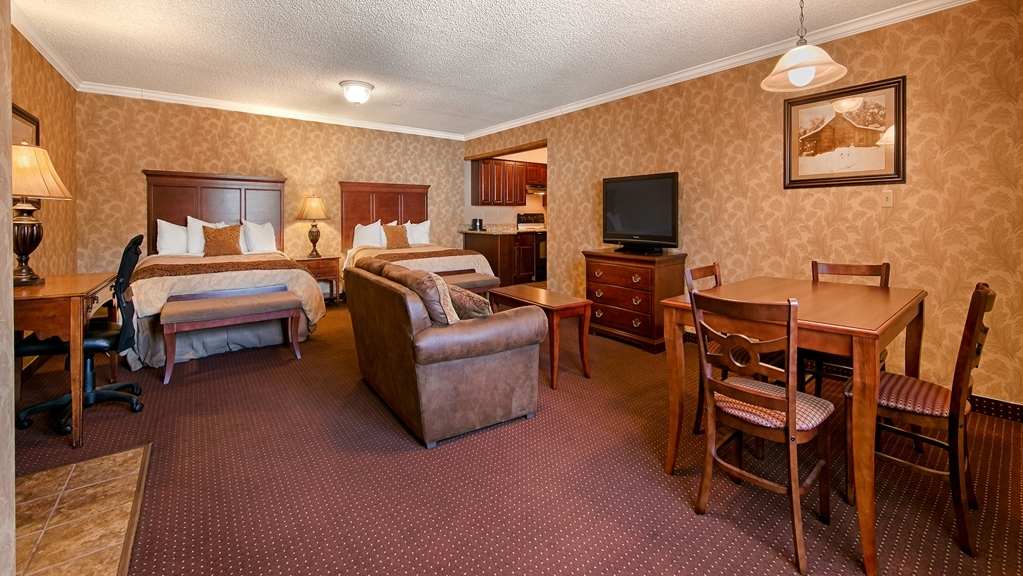 Best Western Plus Humboldt House Inn - Stretch out and relax in the Two Room Queen Kitchenette Suite
