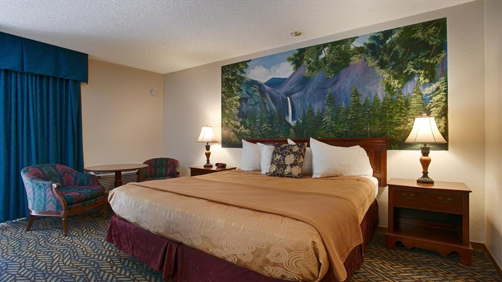 Best Western Plus Yosemite Gateway Inn - There is plenty of room in our king guest room for you during your stay with us.