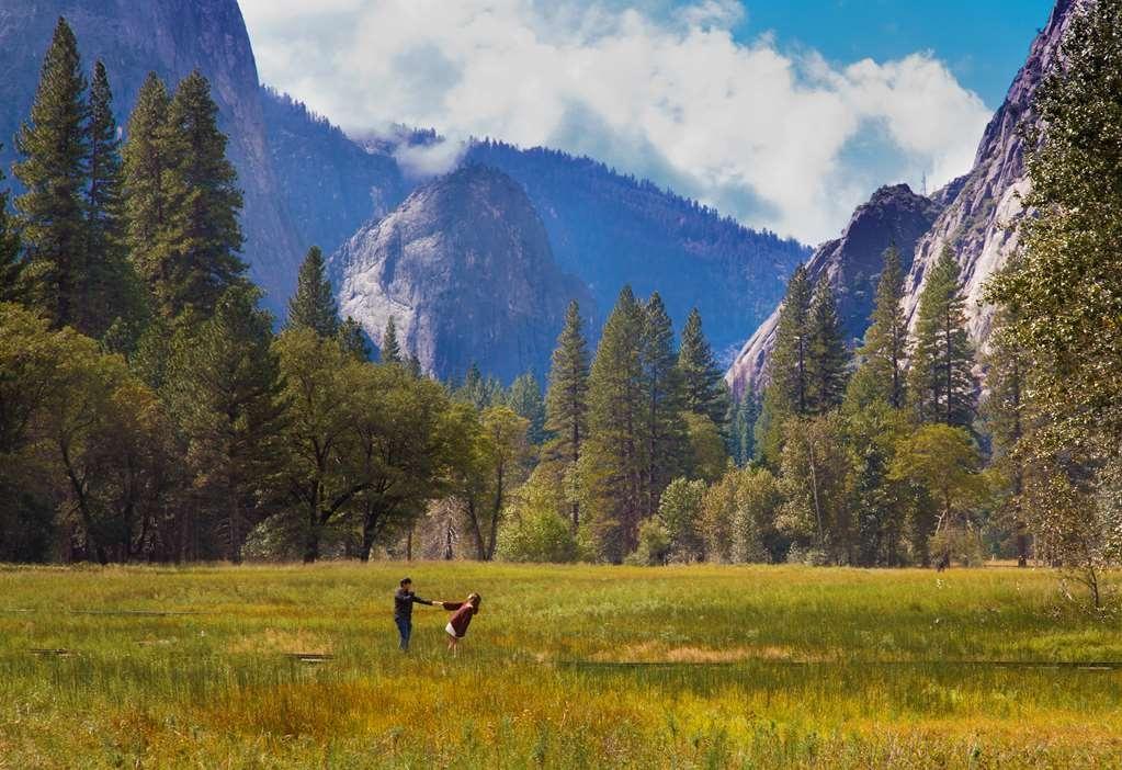 Best Western Plus Yosemite Gateway Inn - Yos Valley couple in love
