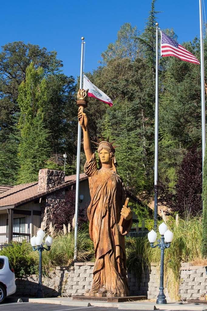 Best Western Plus Yosemite Gateway Inn - Statue of Liberty