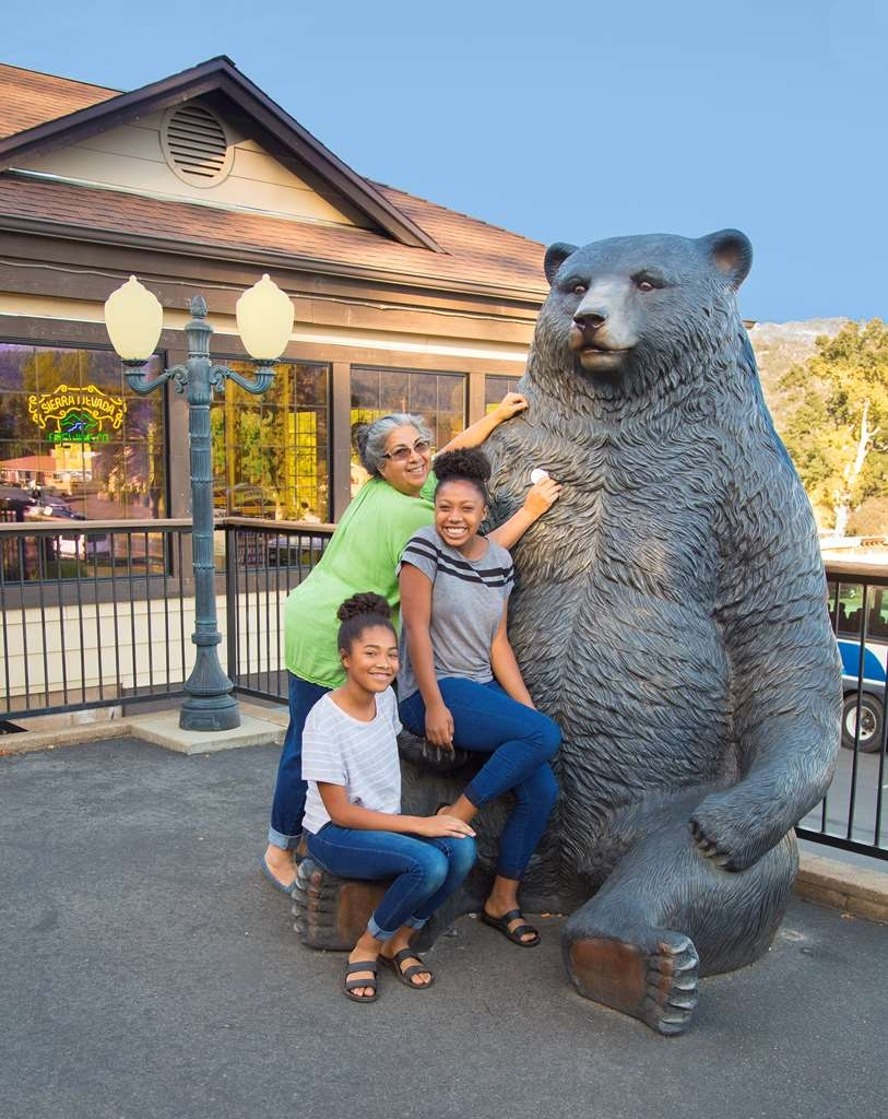 Best Western Plus Yosemite Gateway Inn - Bear and chef Andreas mom and daughters