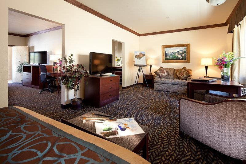 Best Western Plus Yosemite Gateway Inn - This 2 room family unit is guaranteed to meet your every need with 3 queen beds and work desk with free Wi-Fi.