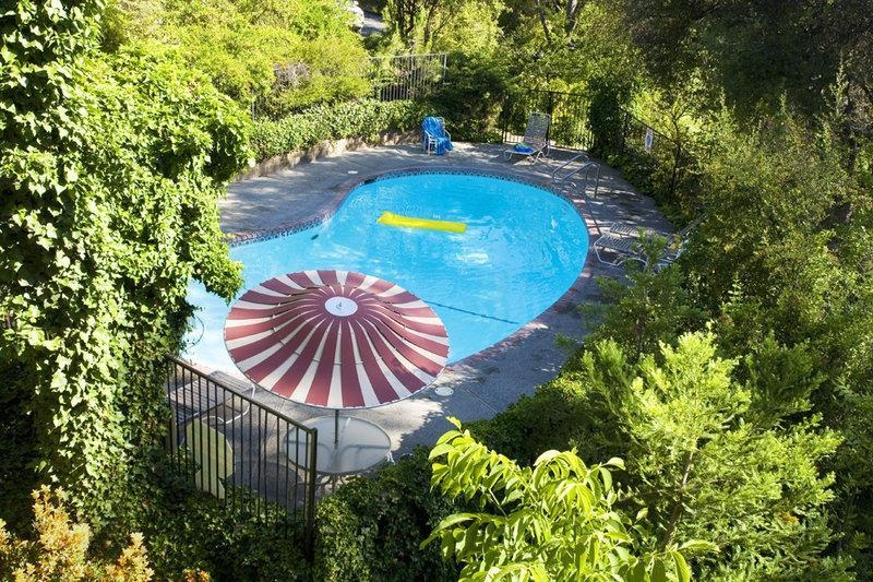 Best Western Plus Yosemite Gateway Inn - We also have an outdoor pool for those who are interested in soaking up the sun in our comfortable lounge chairs.