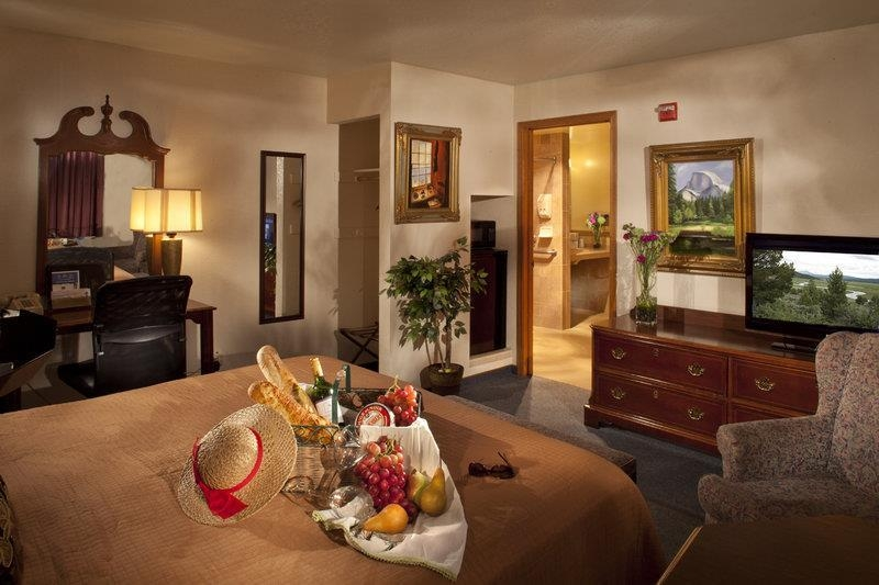 Best Western Plus Yosemite Gateway Inn - Don't miss the morning news with our flat screen TV's in every room.