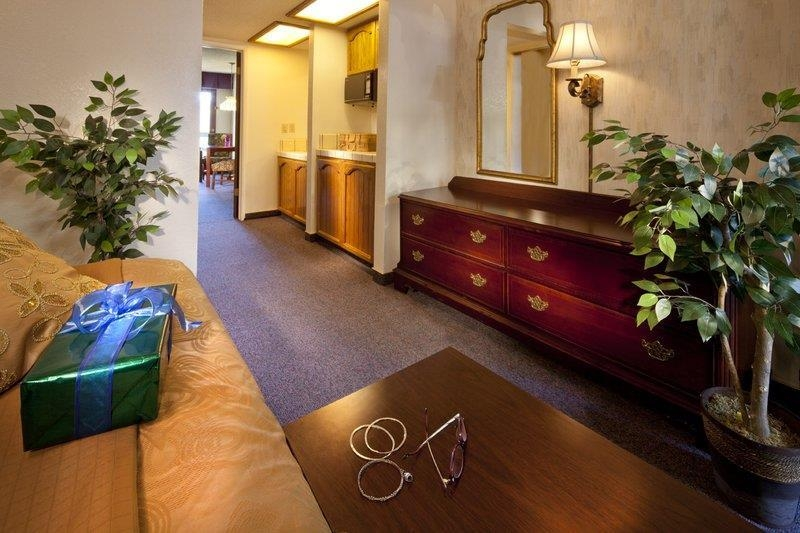 Best Western Plus Yosemite Gateway Inn - Have the perfect family vacation and stay in our family queen unit with a separate living room and 3rd bed for friends.