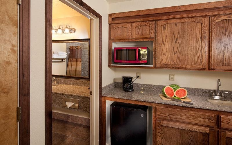 Best Western Plus Yosemite Gateway Inn - Our 1 king guest room comes equipped with a microwave and mini fridge for your snacking needs.