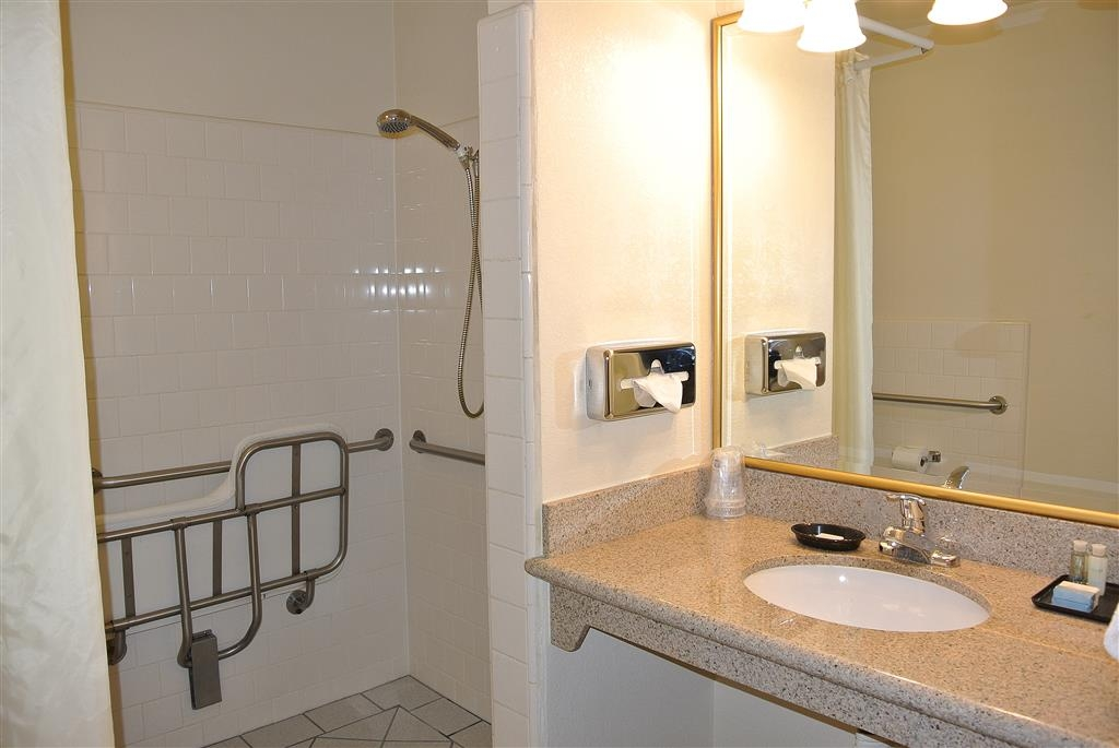 Best Western Town & Country Lodge - Bagno accessibile con sedia a rotelle