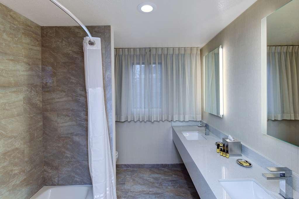 Best Western Plus Carpinteria Inn - Guest Bathroom