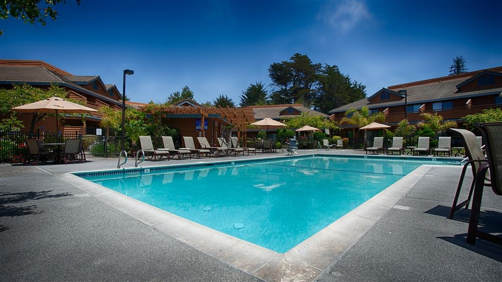 Best Western Seacliff Inn - Don't let the weather stop you from jumping in, our outdoor pool is heated year-round for you and your friends.