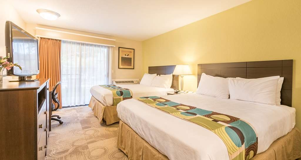 Best Western Seacliff Inn - If you're traveling with your family or group of friends, opt for our 2 queen guest rooms with a pool view.