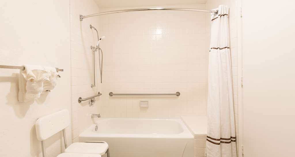 Best Western Seacliff Inn - Mobility accesible shower