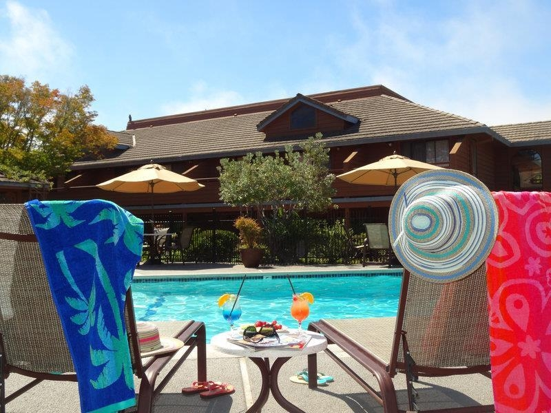 Best Western Seacliff Inn - Whether you want to relax poolside or take a dip, our outdoor pool area is the perfect to unwind.
