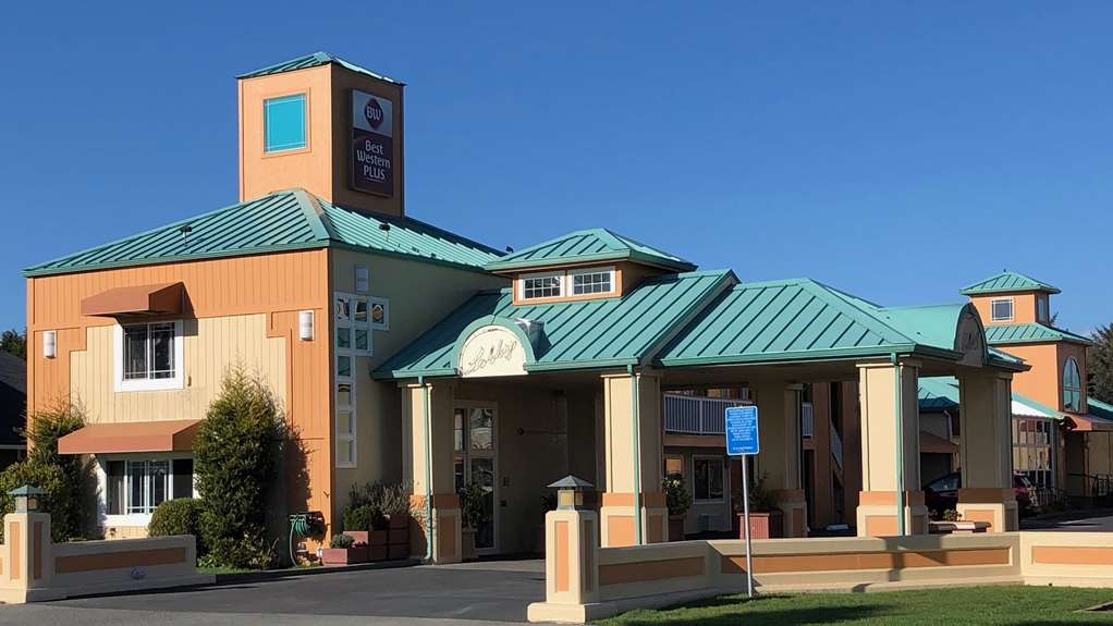 Best Western Plus Northwoods Inn - Office building and Reception