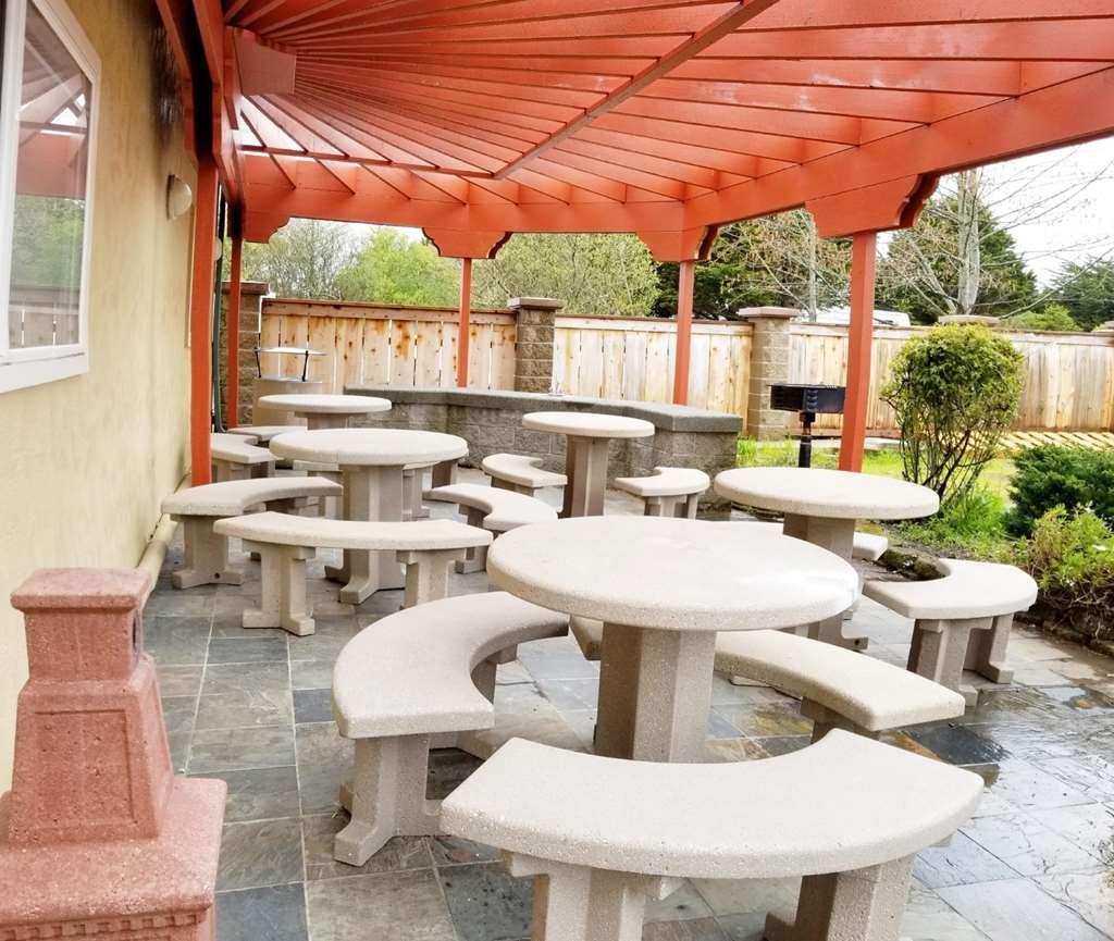 Best Western Plus Northwoods Inn - Vista de la piscina