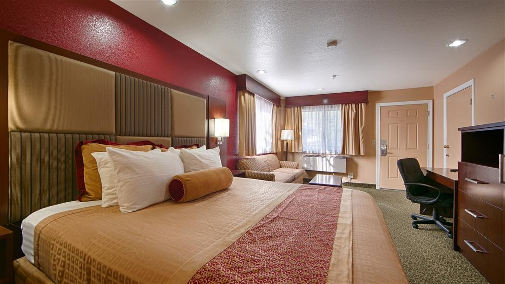Best Western Plus Yosemite Way Station Motel - Relax in comfort and style in our deluxe king guest rooms, complete with a sofa bed for additional guests.