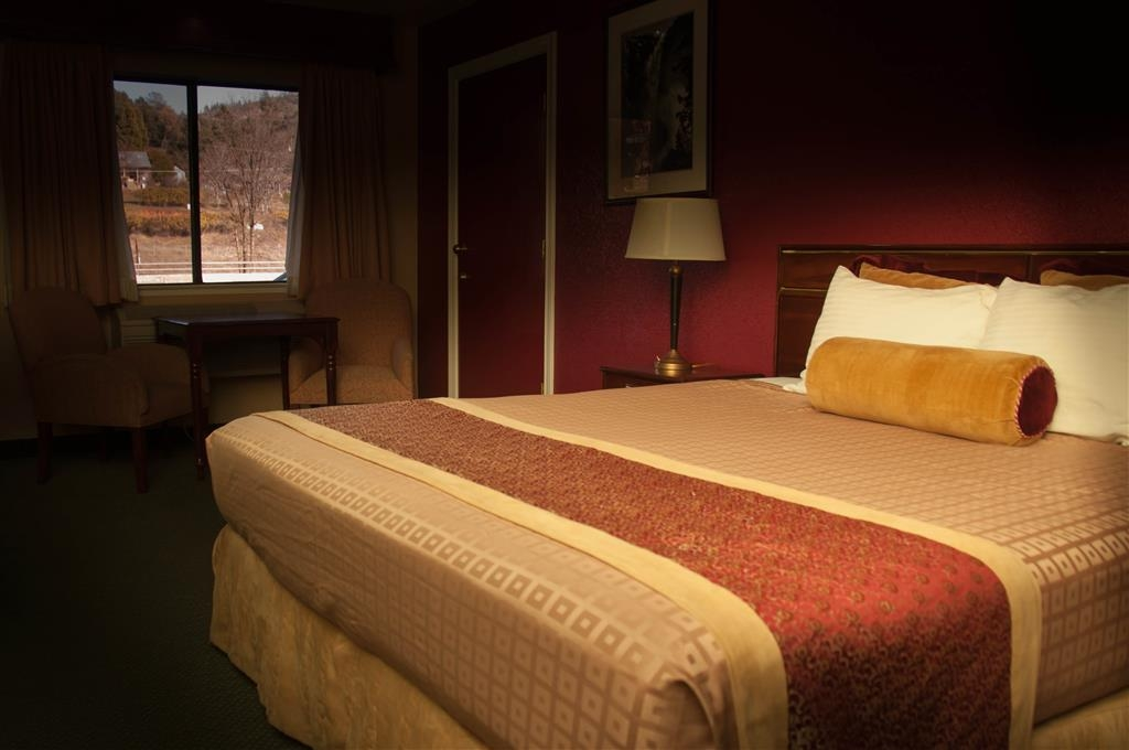 Best Western Plus Yosemite Way Station Motel - Relax in comfort and style in our spacious non-smoking deluxe king rooms!