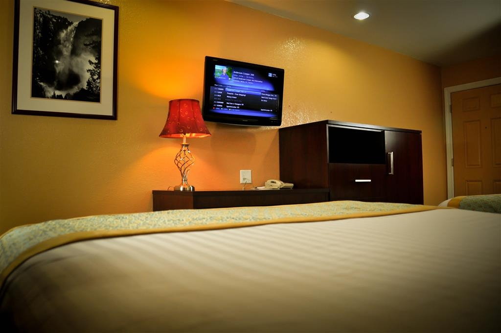 Best Western Plus Yosemite Way Station Motel - Pull back the covers, hop in and catch your favorite TV show after a long day in Mariposa.