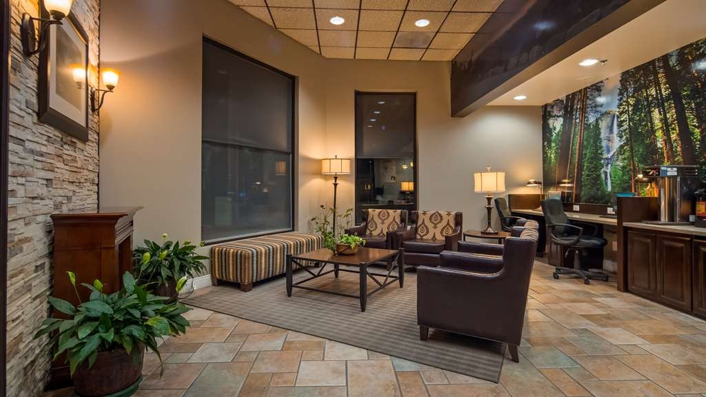 Best Western Plus Yosemite Way Station Motel - Lobby, enjoy a cup of coffee, hot tea, or hot chocolate anytime in the lobby.