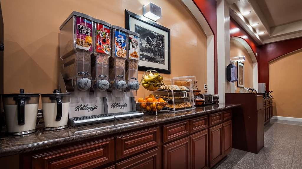 Best Western Plus Yosemite Way Station Motel - Grab a complimentary hearty breakfast before you hit the road.
