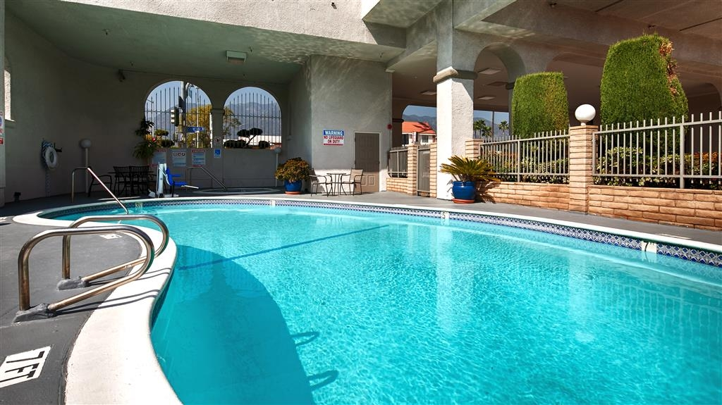 Best Western Pasadena Royale Inn & Suites - Our outdoor pool is the perfect place for some early morning laps or an afternoon swim.