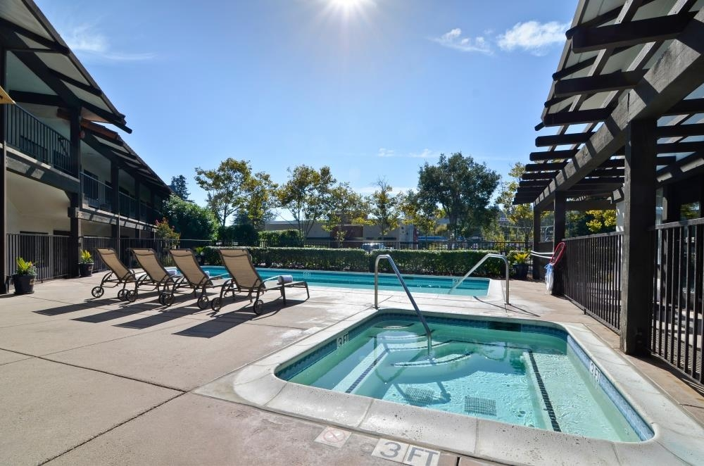 Best Western Plus Inn Scotts Valley - Jump into our outdoor pool or spa and let the water relax your tired muscles after a long day.