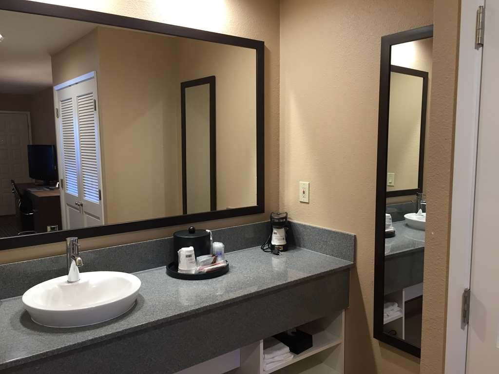 Best Western Plus Inn Scotts Valley - Spacious vanity area in our king and queen/queen rooms helps you get ready for the day.