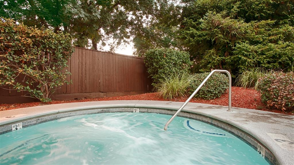 Best Western Heritage Inn - Chico - Our hot tub is the perfect way to end a stressful day.