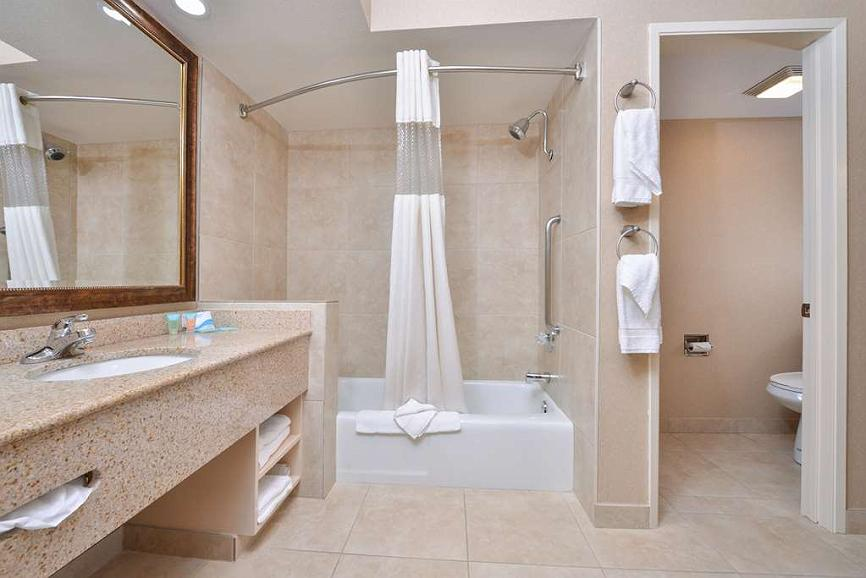 Use large damascus basket for extra towels for bath! | Malle