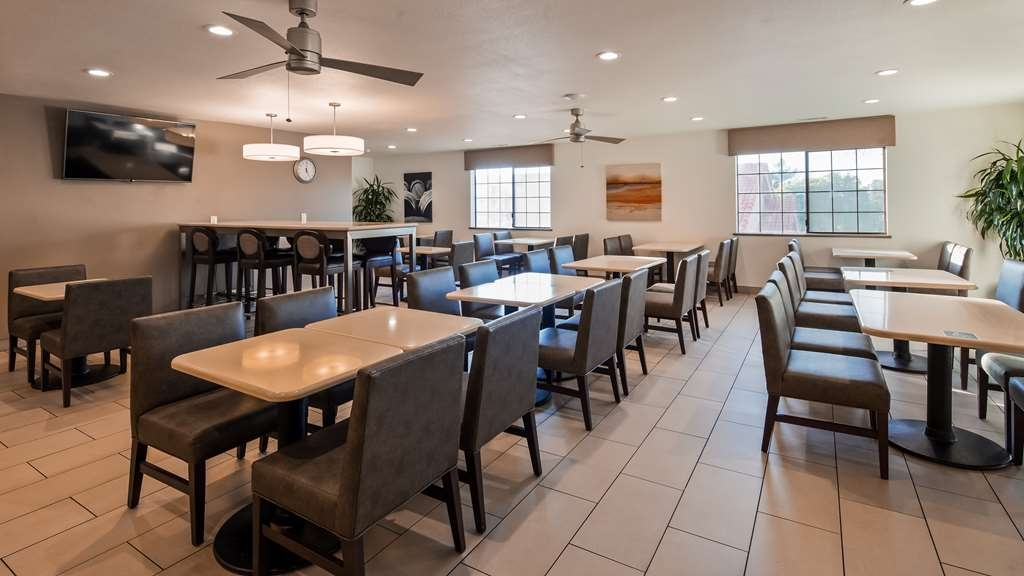 Best Western Plus Colony Inn - Our breakfast room offers intimate dining for couples and smaller groups so enjoy a balanced and delicious breakfast with options for everyone.