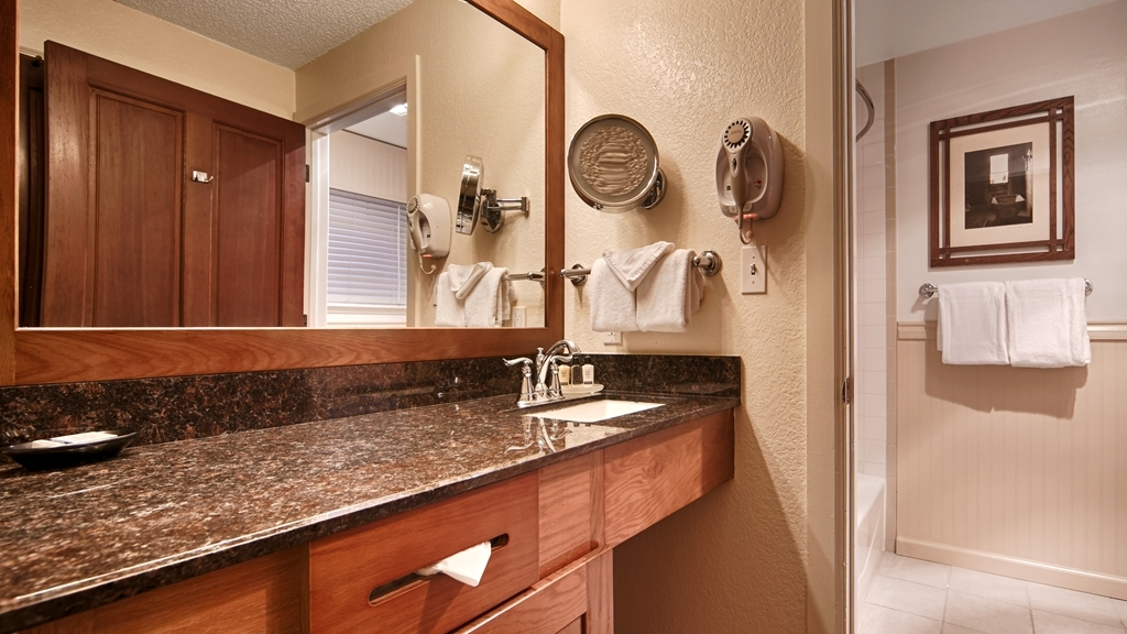 Best Western Sonoma Valley Inn & Krug Event Center - Enjoy getting ready for a day of adventure in this fully equipped guest bathroom