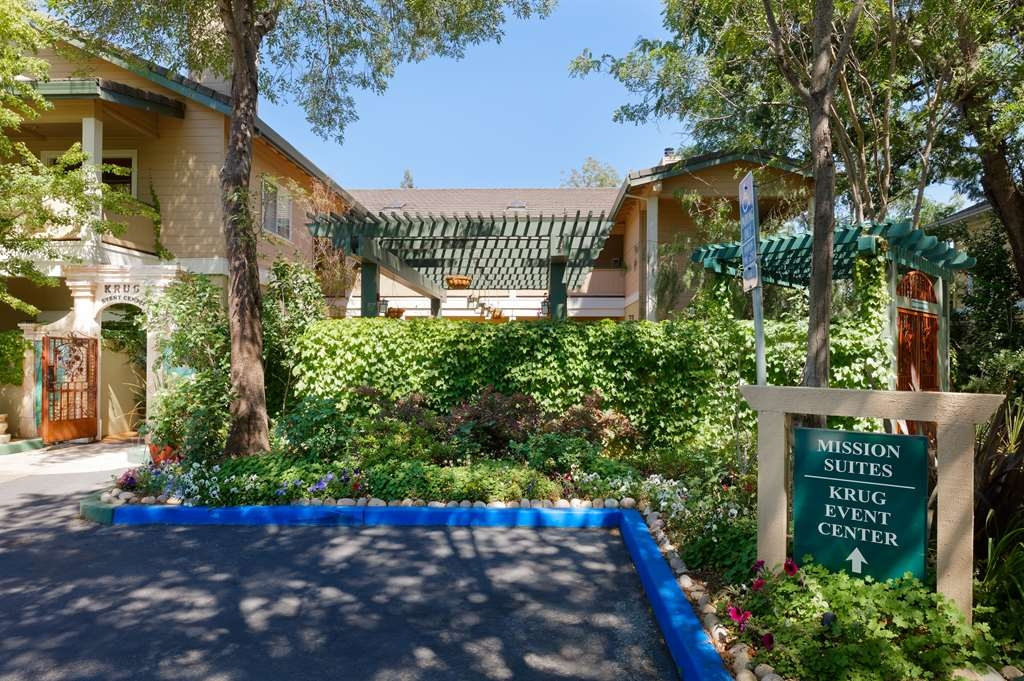 Best Western Sonoma Valley Inn & Krug Event Center - Beautiful Lush Entrance to Mission Suites