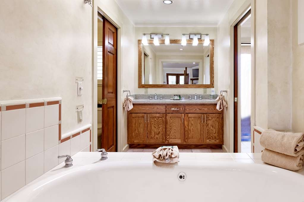 Best Western Sonoma Valley Inn & Krug Event Center - Mission Suite Bathroom