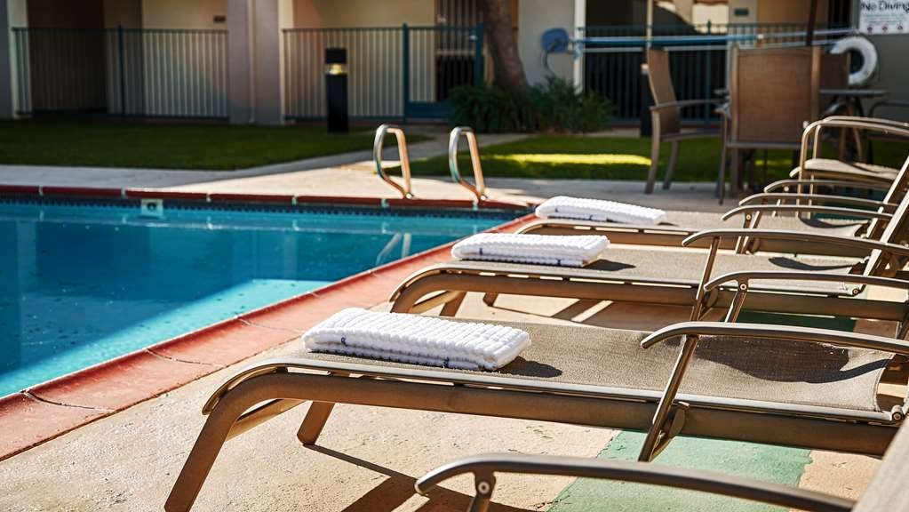 Best Western Heritage Inn - Whether you want to relax poolside or take a dip, our outdoor pool area is the perfect place to unwind.