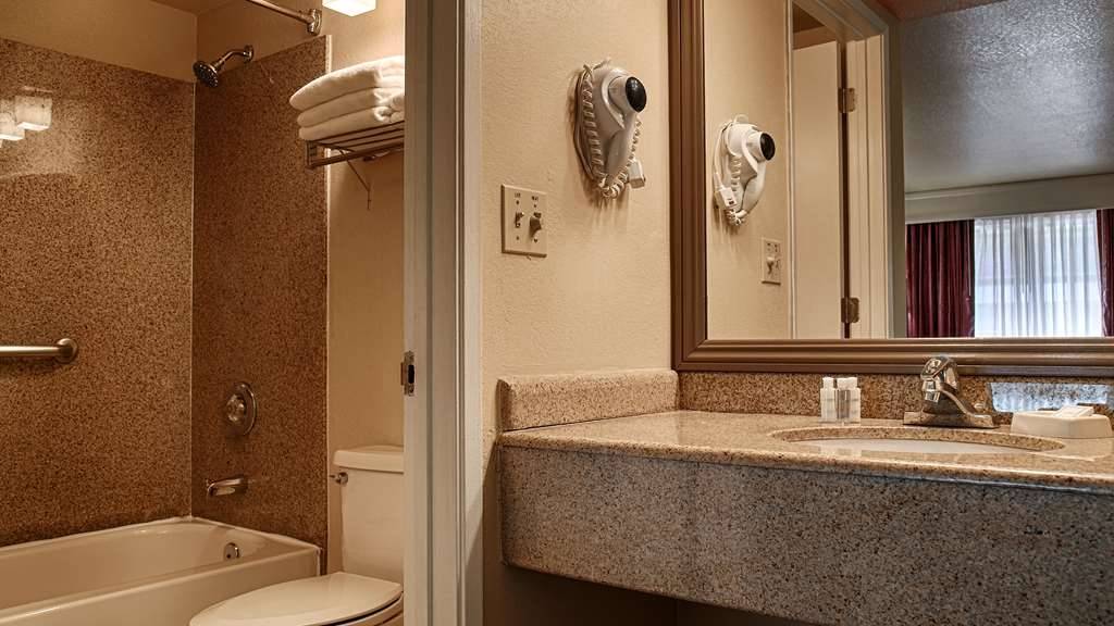 Best Western Heritage Inn - Enjoy getting ready for the day in our fully equipped guest bathrooms.