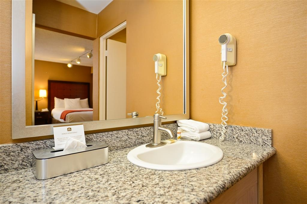 Best Western Inn at Palm Springs - Bathroom for two queen bed guestroom