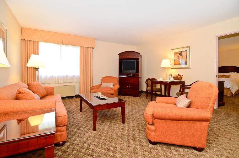 Best Western Plus West Covina Inn - Suite con letto king size: area soggiorno
