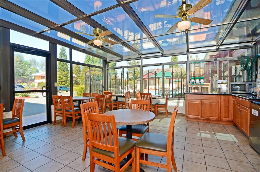Best Western Plus Placerville Inn - Sit down and enjoy the morning news while sipping a delicious cup of coffee.
