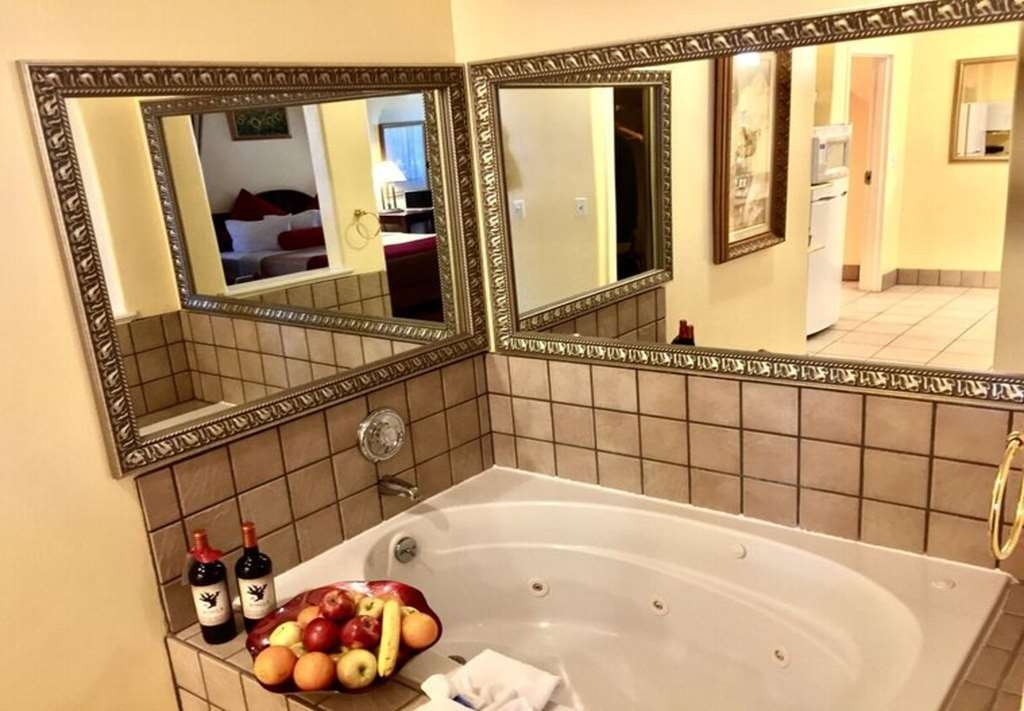 Best Western Plus Placerville Inn - Presidential Suite whirlpool tub for 2